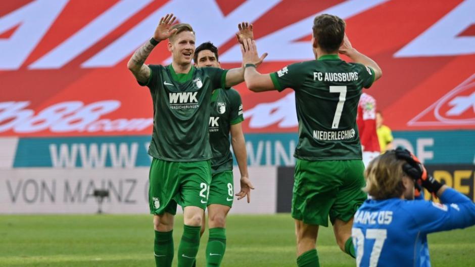 Sportlich lief es beim FC Augsburg gegen Mainz bestens - nun sorgt ein vom Klub veröffentlichtes Jubelfoto für Ärger.