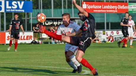 Die Spieler des TSV Landsberg, um den früheren Kapitän David Anzenhofer (dunkles Trikot), müssen vollen Einsatz zeigen, um den Klassenerhalt zu schaffen.