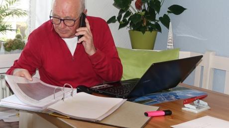 Alois Heinrich vom Helferkreis Vöhringen hat seinen Esstisch in ein Büro verwandelt und dutzende Impftermine für Senioren vereinbart.
