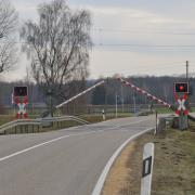 Der Bahnübergang bei Peterswörth. Die Straße dort ist voll gesperrt.