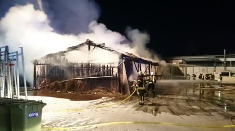 Der Holzstadel im Norden von Weißenhorn wurde durch das Feuer nahezu vollständig zerstört. Glücklicherweise verletzte sich niemand bei dem Brand.