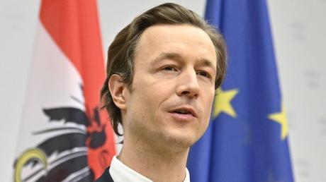 Gernot Blümel, Finanzminister von Österreich, gibt eine Presseerklärung ab. Blümel ist ins Visier der Staatsanwaltschaft geraten. Er bestätigte eine Hausdurchsuchung bei ihm.