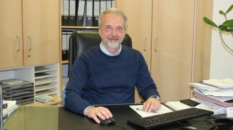 Dr. Andreas Ullmann, 56, ist Facharzt für Allgemeinmedizin und Geschäftsführer des Zentrums für Allgemeinmedizin in Aichach. Er fungierte seit Beginn der Corona-Pandemie als Versorgungsarzt beziehungsweise ärztlicher Koordinator. Seine FFP2-Maske nahm er nach dem Gespräch nur kurz für das Foto ab.