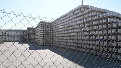 Bei der Spedition Schmid Logistik in der Kalterer Straße in Lechhausen werden zur Zeit tausende Bierfässer eingelagert.