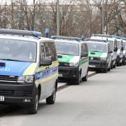 Nachdem es hier im Reese Park eine Messerstecherei unter Jugendlichen gab, sucht nun die Polizei mit großem Aufgebot das Gelände nahe der Ackermannstraße ab
