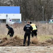 Polizisten durchsuchen den Reese-Park in Augsburg. Ende Februar hat es dort einen Angriff mit einem Messer gegeben.