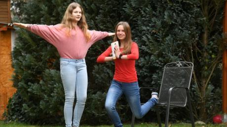 Sarah Ulrich und Neele Mewes erreichten bei Jugend forscht mit ihren Sportübungen zum Steigern des  Denkvermögens in ihrer Altersklasse den zweiten Platz im Bereich Biologie.