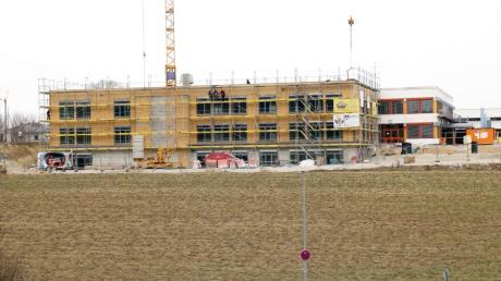 Noch wird am Erweiterungsbau der Aindlinger Mittelschule gearbeitet. Am Ende bekommt das Gebäude eine Holzfassade.