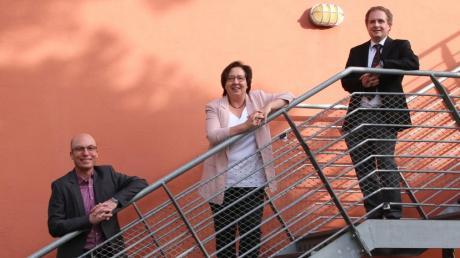 Studiendirektor Frank Schweizer (links) wurde als neuer Schulleiter des Deutschherren-Gymnasiums berufen. Der Lehrer für Mathematik und Physik kennt das DHG bereits aus seiner Tätigkeit als Ständiger Stellvertreter von Oberstudiendirektorin Renate Schöffer, die in den Ruhestand ging. Unterstützt wird er durch Frau Studiendirektorin Livia Schleßing, die nach ihrer Außenministerfunktion an einem Ingolstädter Gymnasium nun als Ständige Stellvertreterin des Schulleiters neu mit an Bord ist. Als Mitarbeiter in der Schulleitung ist bereits seit August 2020 Studiendirektor Martin Schalk (rechts) tätig.