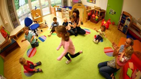 Bis der Bedarf an Kitaplätzen in Neu-Ulm gedeckt ist, sollen Kindertagespfleger die Betreuung übernehmen.