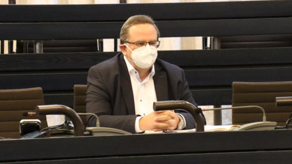 Klinik-Geschäftsführer Dr. Hubert Mayer drückte bei einer Pressekonferenz im Landratsamt sein Bedauern über die Corona-Erkrankungen  und Todesfälle am Krankenhaus Friedberg aus.