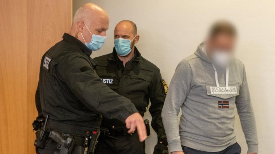 Zwei Jugendliche aus Nordendorf waren an Drogen gestorben. Nun steht der Dealer vor Gericht.
