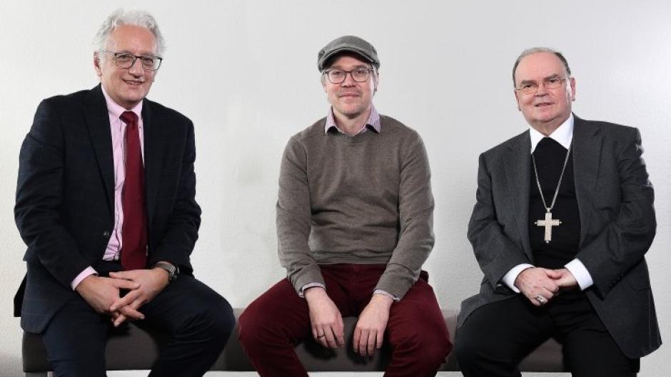 """Sitzen zumindest in der Fotomontage nah beisammen und reden im Podcast """"Über Gott und die Welt"""" (v.l.): Regionalbischof Axel Piper, Daniel Wirsching und Bischof Bertram Meier."""