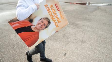 Ein Wahlkampfhelfer trägt bei der Präsentation der Landtagwahlkampagne der baden-württembergische CDU ein Plakat, auf dem die CDU-Spitzenkandidatin Susanne Eisenmann abgebildet ist.