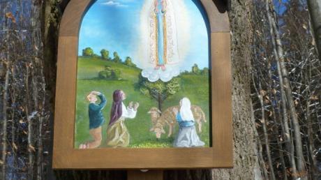 Die Fatima-Tafel am Burgberg hoch über Walkertshofen erstrahlt wieder in leuchtenden Farben.