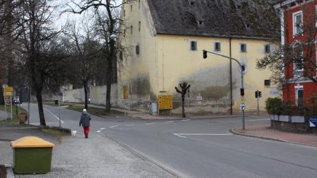 Viel befahren: die Kreuzung von Krumbacher Straße (B300), Kirchhaslacher Straße und der Straße Am Espach (MN8) in Babenhausen.