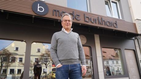 Robert Burkhard bereitet alles für die Eröffnung seines Modehauses in Aichach vor. Ab kommendem Montag darf er wegen neuer Corona-Lockerungen wieder öffnen.