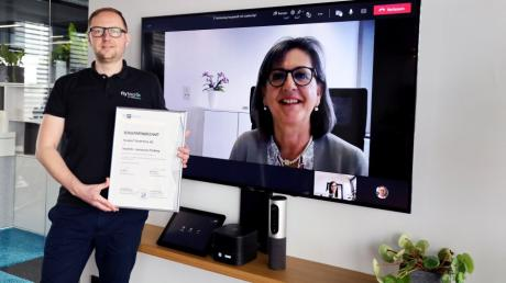 Tobias Wirth, der Geschäftsführer von Fly-tech, freut sich mit Ute Multrus, der Leiterin des Gymnasiums Friedberg, über die Partnerschaft.