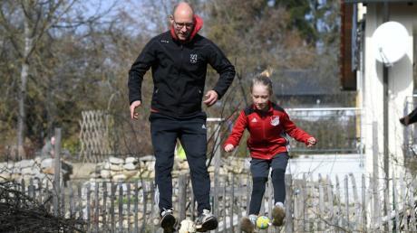 Husch, husch ins Körbchen. Ex-FCA-Profi Dominik Reinhardt zeigt mit seinem Sohn Noah, wie man im eigenen Garten für den Re-Start im Fußball trainieren kann.
