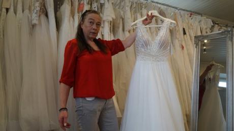 Claudia Kopp freut sich: Sie kann ihr Brautmoden-Geschäft in Kühbach wieder öffnen.