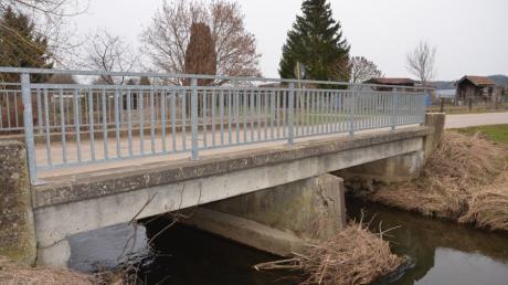 Die nördliche Brücke in Unterroth wird auch von schweren landwirtschaftlichen Maschinen befahren und müsste daher dringend renoviert werden. Die Gemeinde hofft auf Fördergelder.