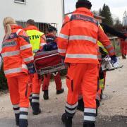 Einsatzkräfte tragen am Donnerstagnachmittag die schwerstverletzte Frau zum Rettungshubschrauber.