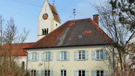 Der denkmalgeschützte Pfarrhof in Kettershausen befindet sich neben der Kirche und auch nahe der Kindertagesstätte.