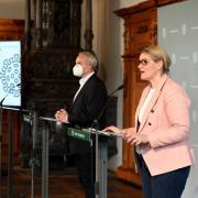 Eva Weber und Dr. Thomas Wibmer erklären auf der Pressekonferenz am Freitag die neuen Corona-Regeln, die jetzt in Augsburg gelten.