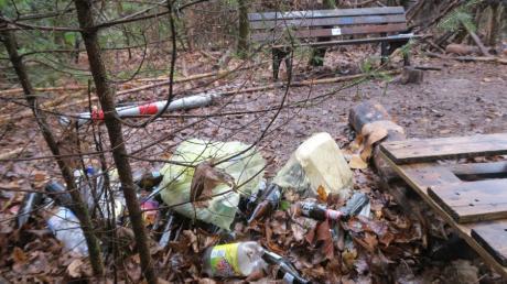 So sah das Lager der Feiernden im Kobelwald in Neusäß aus, nachdem bereits zwei Aufräumaktionen stattgefunden hatten.