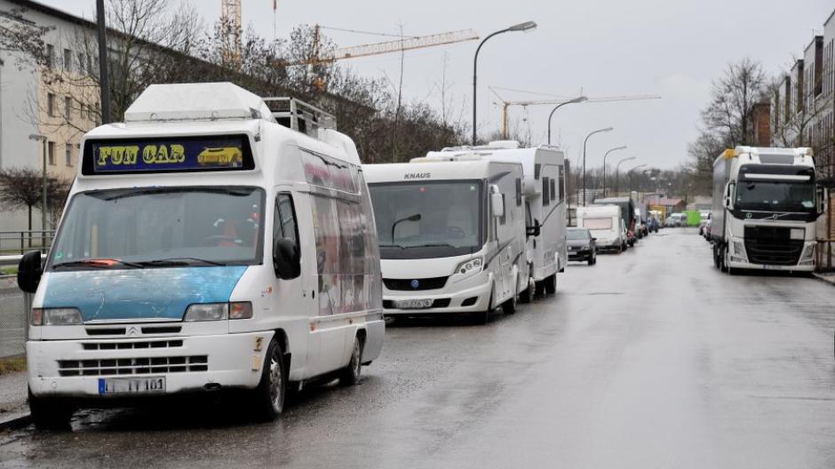 Die Zahl der zugelassenen Wohnmobile ist in Augsburg in den vergangenen drei Jahren gestiegen. Oft nehmen sie Anwohnern Parkplätze weg, was zu Konflikten führt.