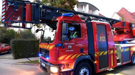 Mit einer Drehleiter mussten die Einsatzkräfte der Neuburger Feuerwehr den Mann aus seinem Fenster transportieren.