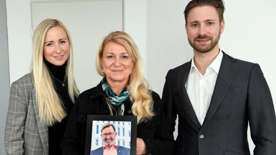 Ehemann und Vater Helmut Bauer war ein fröhlicher Mensch. Der Unternehmer starb an Corona. Tochter Stefanie Krancke, Ehefrau Gisela Bauer und Sohn Alexander Bauer vermissen ihn.