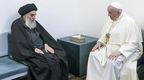 Papst Franziskus (r) unterhält sich bei seinem Besuch in Najaf mit dem Großajatollah Ali al-Sistani.