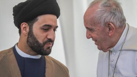 Papst Franziskus im Gespräch mit einem irakischen Geistlichen.