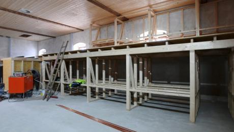 Während der Bauphase wirken die Holzgerüste noch wie überdimensionierte Regale im großen Ausstellungsraum des Klosters Thierhaupten. Hier wird nach dem Ausbau zur Kulturtenne der Freundeskreis Kloster Thierhaupten seine Krippensammlung präsentieren.