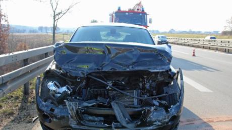 Das Auto, das am Sonntagmorgen auf der A7 zwischen Vöhringen und Hittistetten auf einen Kleintransporter auffuhr, wurde stark beschädigt.