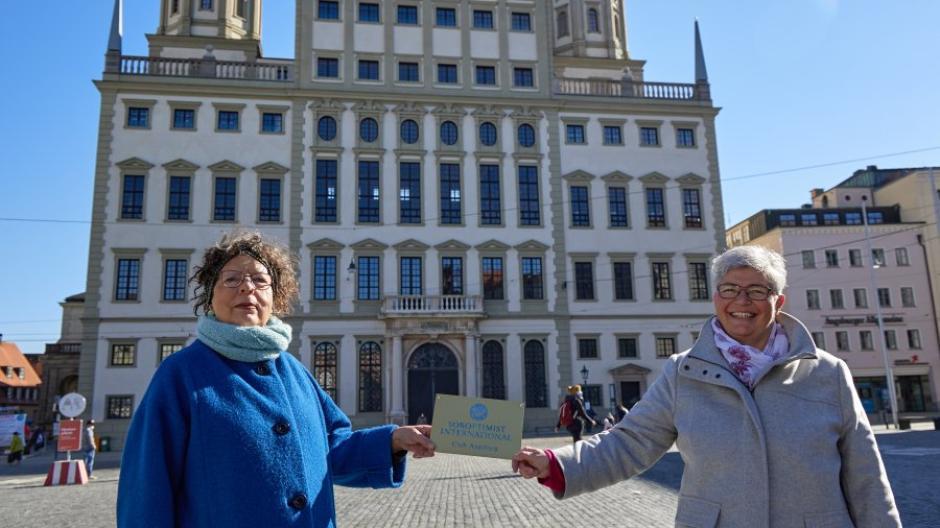 """Die Präsidentin Brigitte Heintze (links) und ihre Nachfolgerin Angela Gebler vom Serviceclub """"Soroptimist"""" in Augsburg unterstützen Frauen."""