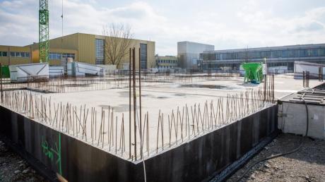 Der Automobilzulieferer Hirschvogel aus Denklingen baut sein Verwaltungsgebäude weiter. Das Projekt war 2019 vorübergehend auf Eis gelegt worden. Durch die Corona-Pandemie kommt die Firma bislang mit einem blauen Auge.