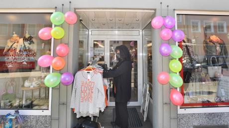 """Donauwörth: Verkäuferin Gabi Kleinle hat den Eingangsbereich des Geschäfts """"Petra Heinle – Mode und Geschenkideen"""" mit Luftballons dekoriert – aus Freude über die Wiedereröffnung."""