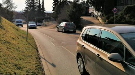 Das Parken an der Bachernstraße stellt für den durchfahrenden Verkehr auf der sehr befahrenen und unübersichtlichen Kreisstraße ein Problem dar.