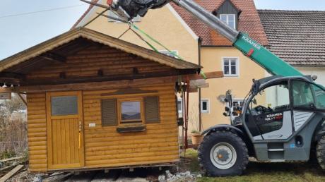 Kurzerhand eingepackt und auf's Sportgelände verfrachtet wurde in Biberbach eine ganze Gartenhütte. Die Beachvolleyballer freuen sich über das Häusle und die hoffentlich bald startende Saison.