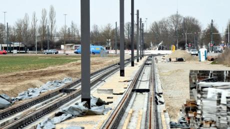 Auf dem verlängerten Abschnitt der Linie 3 nach Königsbrunn wurden jetzt die Oberleitungsmasten gesetzt.