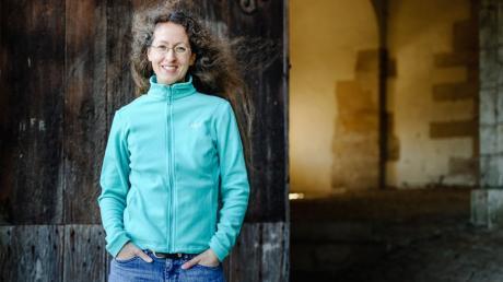 Silvia Stolzenburg vor historischen Mauern: Die Autorin taucht mit ihren Werken ins Mittelalter ein.