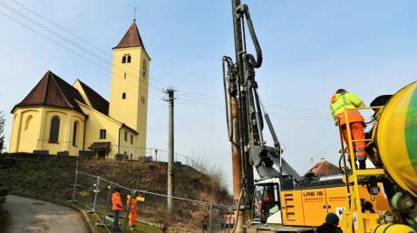 Schweres Baugerät ist derzeit am Kirchenhang in Herrenstetten im Einsatz. Die Einbringung der Bohrpfähle hat bereits begonnen.