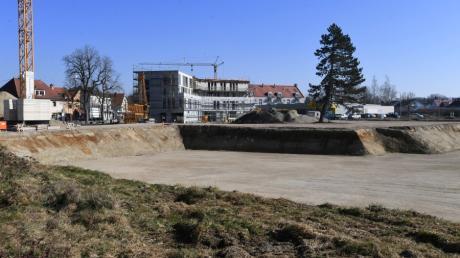 Auf dem Schuster-Areal in Neusäß wurde mit dem Aushub für die Wohngebäude entlang der Fliederstraße begonnen.