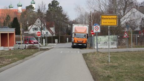 An der Obermeitinger Straße in Klosterlechfeld gibt es nach Ansicht der Gemeinderäte keine Ausweichmöglichkeit für Radfahrer. Autos werden erst am Ortsbeginn gebremst. Die Räte fordern deshalb ein Tempolimit schon außerhalb der Ortschaft.