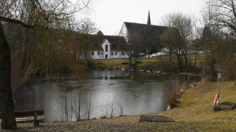 So sieht die Aystetter Ortsmitte aus. Wo heute Kirche und Pfarrheim stehen, war vor langer Zeit der Park des Schlosses.