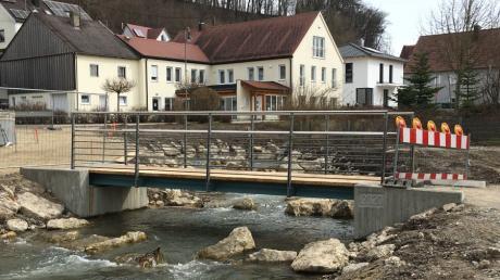 Neu gestaltet wird das Areal um die Alte Säge in Mühlhausen. Die Friedberger Ach hat ein neues Bett erhalten, nun ist auch die Brücke fertiggestellt.