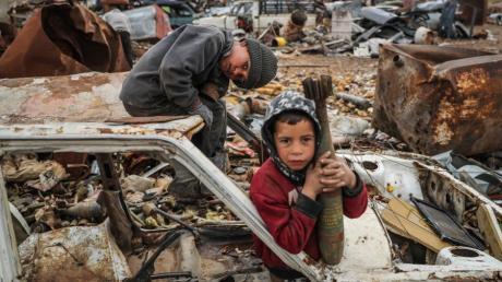 Der 7-jährige Abdel Karim Hassan  hält eine nicht explodierte Mörsergranate. Einige Bewohner der Provinz Idlib verdienen sich ihren Lebensunterhalt mit dem Sammeln und dem Verkauf von den Überresten der Geschosse.