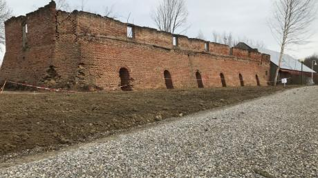 Eine 36 Meter lange und fünf Meter hohe Mauer einer alten Ziegelei haben die Vereinsmitglieder des Golfcliubs Lechfeld auf dem Vereinsgelände während des Lockdowns freigelegt.